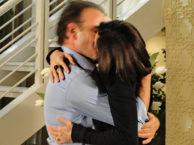 Gino e Rebeca decidem ficar juntos e se beijam apaixonadamente