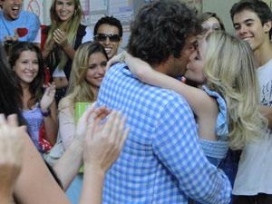 O casal se beija sob os aplausos de todos