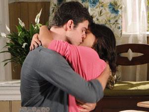 Apaixonados, o casal se beija