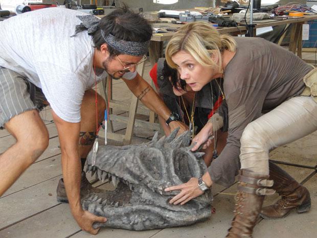 Cristiano e Júlia tentam salvar o crânio descoberto nas escavações no Japão