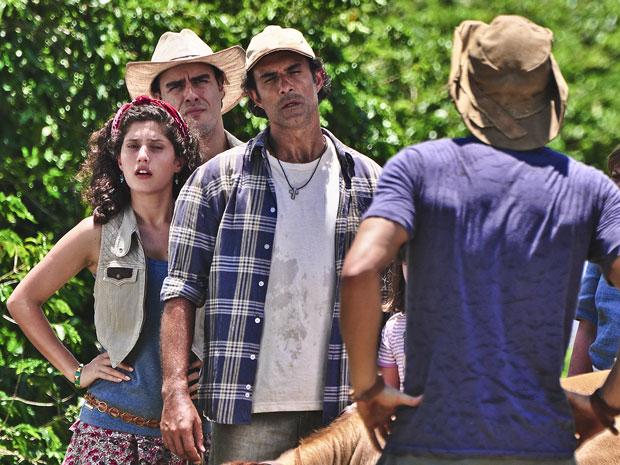 Abner tira satisfações inconformado com a presença de Tiago em sua fazenda