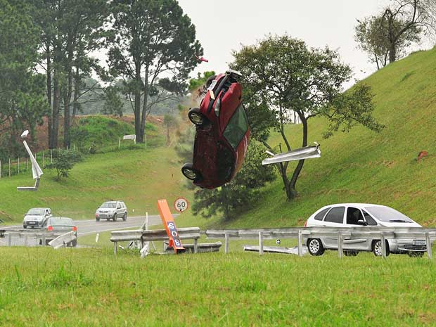 Luisa força o carro contra o de Marcela, que acaba capotando