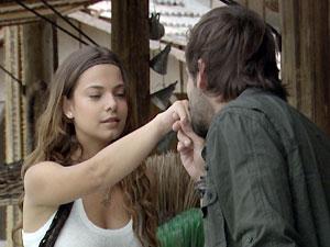 Galanteador, ele beija a mão da moça