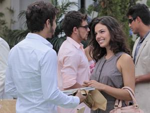 Marcela presenteia Edgar com um livro