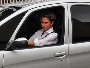 A empresária vê Marcela saindo e segue o carro