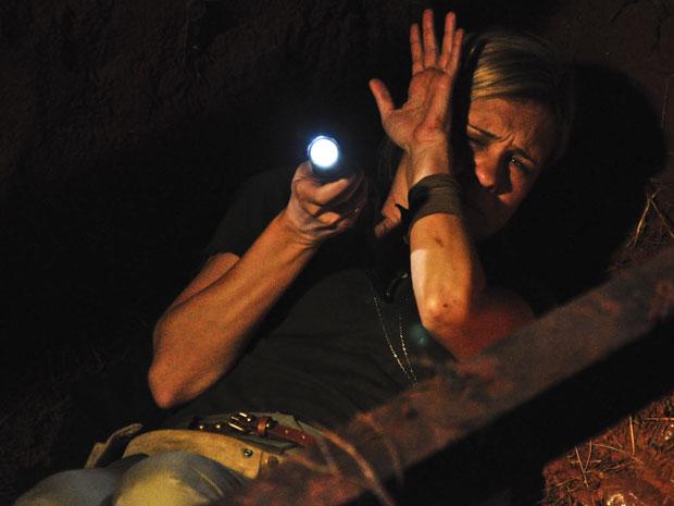 Júlia vai parar dentro de buraco ao entrar escondida na fazenda de Abner