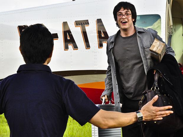 Ícaro volta ao Brasil e reencontra Akira no aeroporto