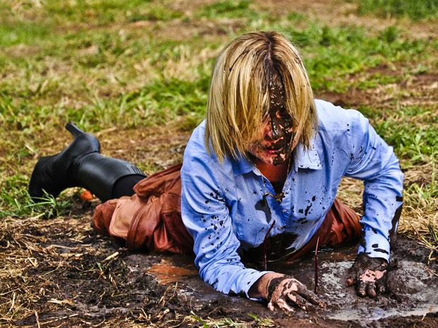 Júlia fica furiosa após cair e ficar toda suja de lama