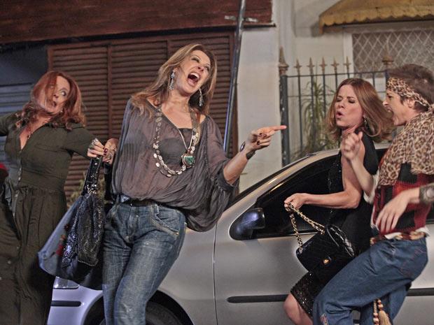 Jaqueline, Magda, Teresa e Gigi cantam e dançam na rua