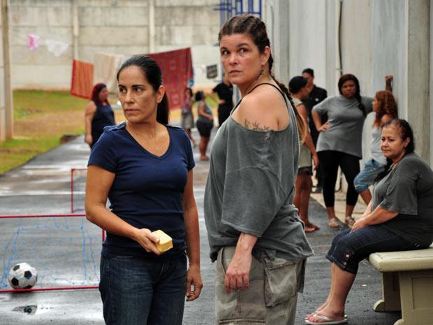 Norma ajuda Araci a roubar em troca de informações sobre Léo