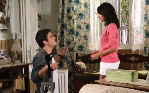 Pedro se ajoelha e pede segunda chance (Ti-ti-ti/TV Globo)