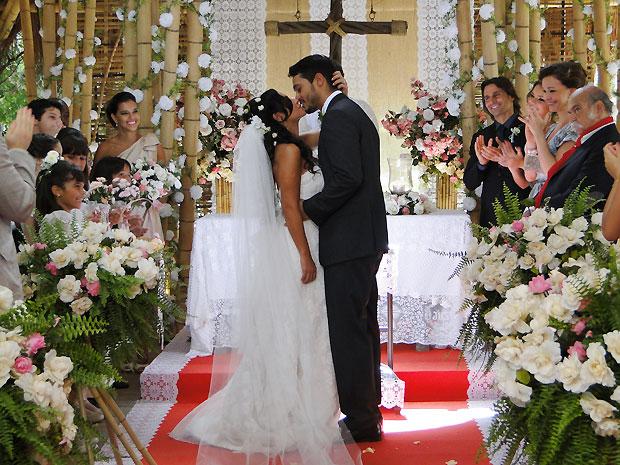 Em meio a aplausos, Janaína e Fred casam-se na ingreja de Girassol