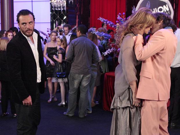 Ele a beija e deixa o estilista de lado