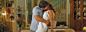 Ari beija Marta, declara seu amor por ela e afirma que eles vão se casar (Ti-ti-ti/ TV Globo)