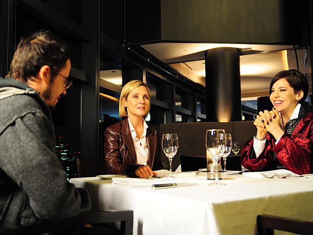 Júlia e sua equipe jantam no restaurante do hotel