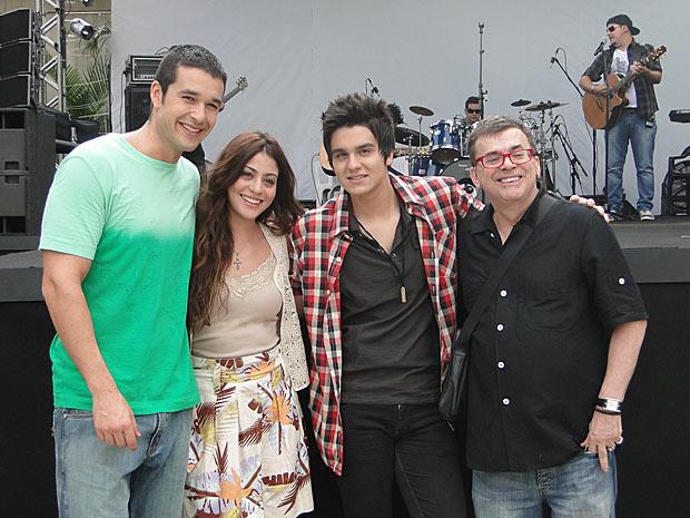 O elenco e o autor posaram para foto ao lado de Luan