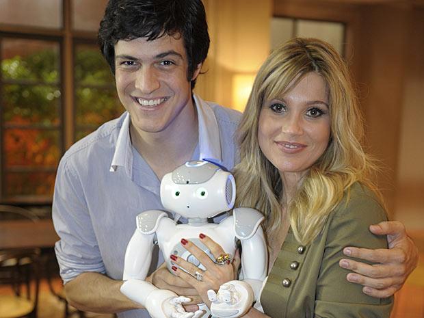 Mateus Solano e Flávia Alessandra contracenam com o robô
