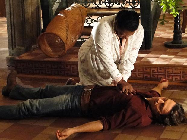 Yvete faz massagem cardíaca em Solano e percebe que o estado dele é crítico