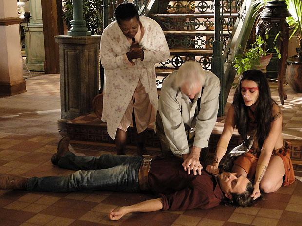 Gabriel tenta reanimar o neto até o último minuto enquanto Estela reza por Solano
