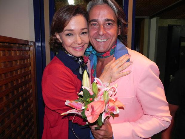 Alexandre Borges ganha flores da mulher
