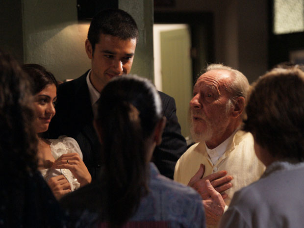Padre pediu para fazer discurso na festa do casamento de Marcos e Natália