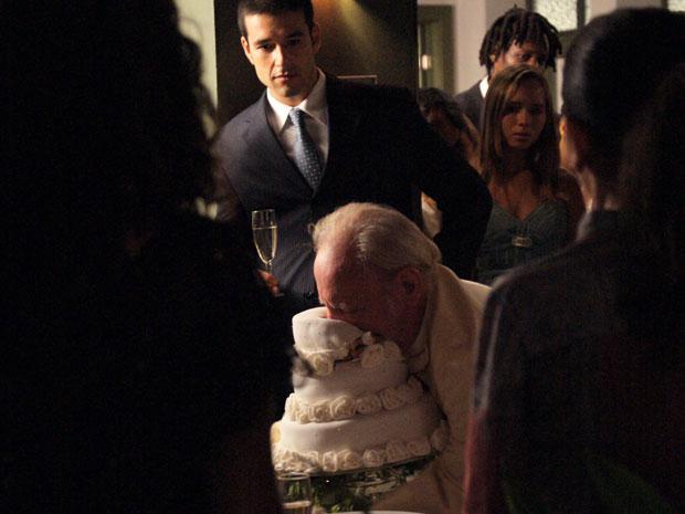 Padre não aguenta a emoção e acaba caindo morto de cara no bolo