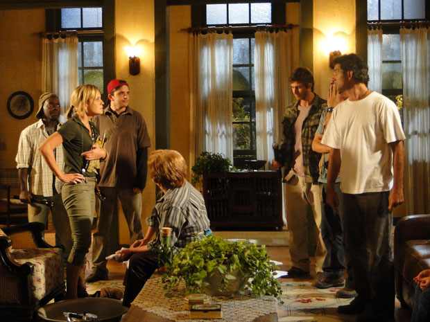 Abner questiona Júlia sobre os motivos que a levaram a invadir sua fazenda