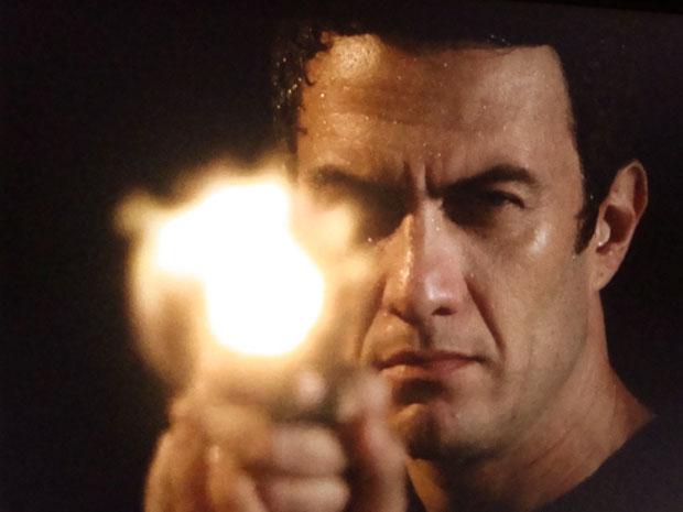 Léo consegue escapar de Andrade provocando um acidente e mata o bandido