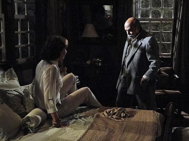 Amélia diz a Max que ele nunca mais vai encostar nela e o fazendeiro a empurra para a cama