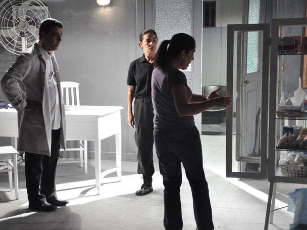 Dr. Henrique flagra Norma abrindo armário da enfermaria