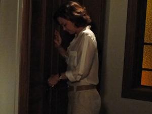 Amélia se desespera do lado de fora do quarto