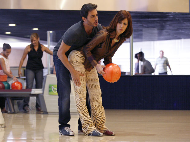 Douglas ensina Bibi a jogar boliche e ela curte a aproximação do malandro