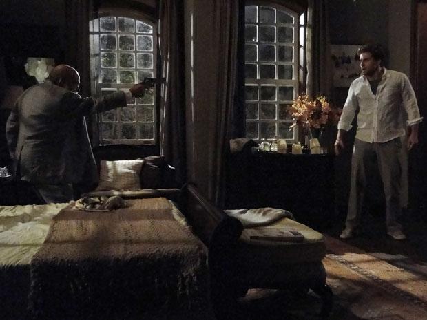 Max aponta uma arma para Vitor e promete matá-lo
