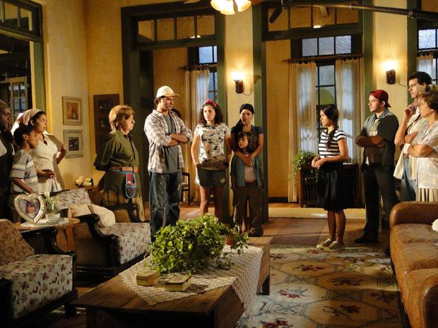 Maria João conta para Abner e sua familia o que ouviu na prefeitura