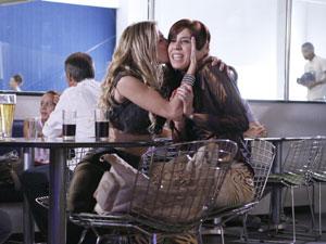 Natalie agradece Bibi com beijo no rosto