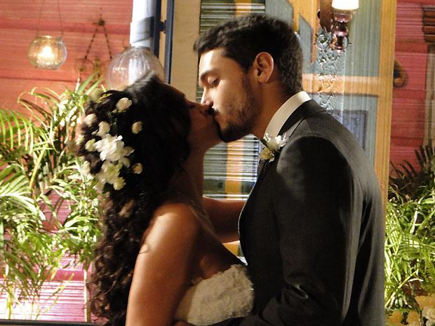 Fred e Jana se beijam quando escutam um forte ruído de palmas em comemoração pelo novo casal
