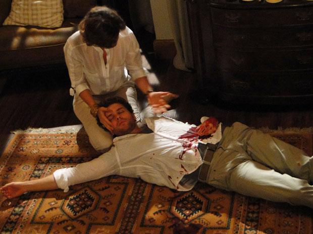 Amélia entra no quarto e encontra Vitor ferido no chão