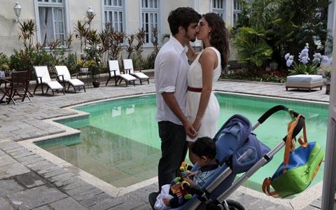 Marcela e Edgar decidiram se entregar à paixão (Ti-ti-ti/TV Globo)