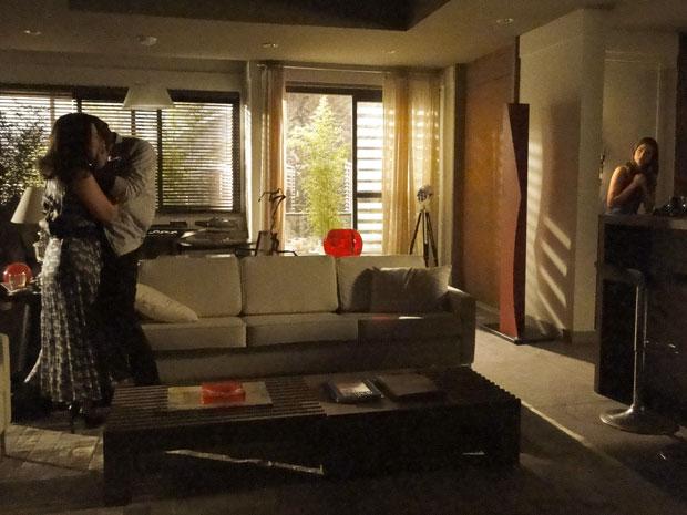 Escondida, Úrsula fotografa André e Vivian juntos na casa dele
