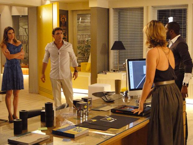 Aquiles flagra André e Marina em sua sala. O tempo fecha, mas durante a confusão Marina acha as fotos de André e Vivian juntos