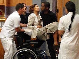 Carol chega ao hospital, socorrida por André