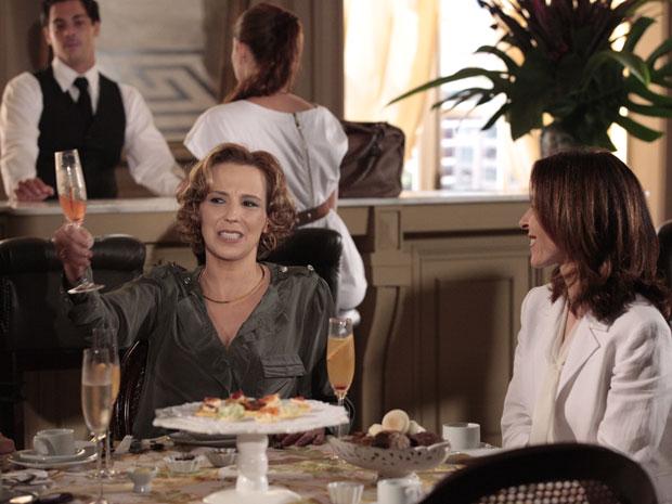 Clarice exagera no champanhe depois de pegar Cortez na mentira
