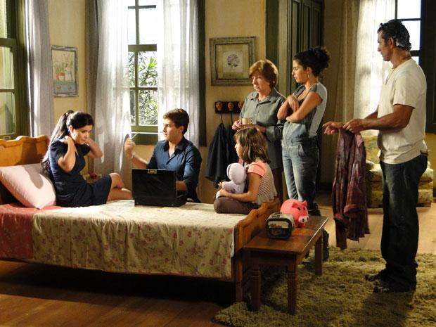 Guilherme tenta medir a temperatura de Celeste na casa de Abner