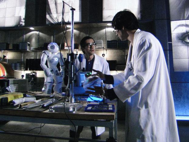 Ícaro conta com a ajuda de Zariguim e Akira na construção de Naomi