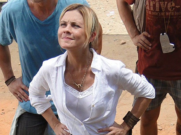 Júlia se irrita quando Abner aparece outra vez em suas  escavações