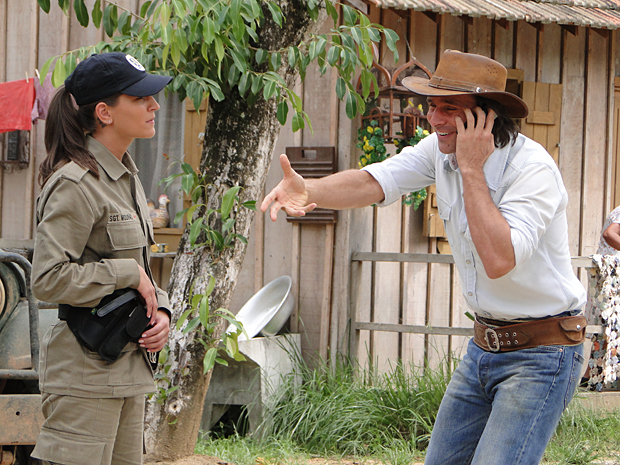 Solano atende uma ligação do aparelho de Max, finge ser o fazendeiro e marca um encontro com um suspeito
