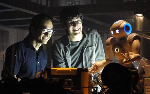 O robô Zariguim dança para Ícaro e Akira (Morde & Assopra/TV Globo)