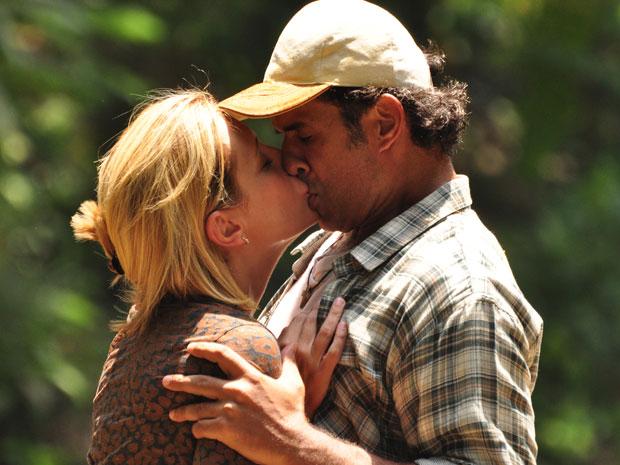 Abner se declara e beija Júlia