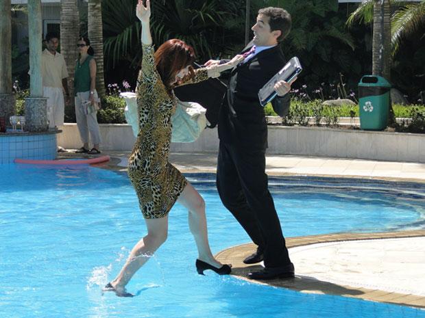 Bibi e Henriqque caem na piscina