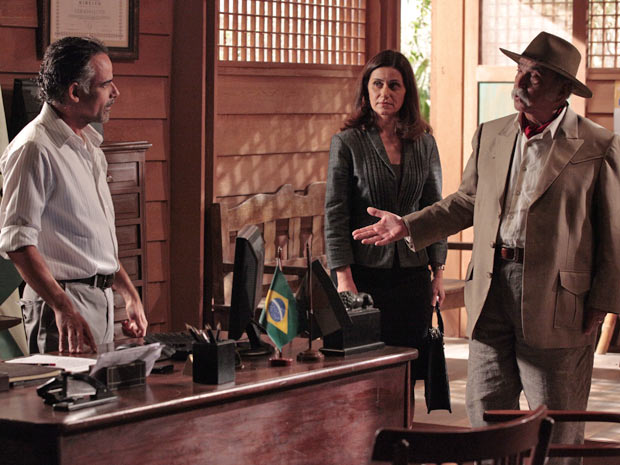 Max vai ao posto policial de Girassol e assume ao delegado que atirou em Vitor